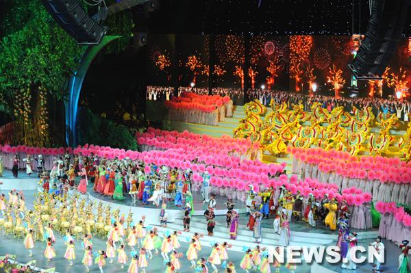 Le spectacle de la cérémonie d'ouverture de l'Exposition universelle 2010 de Shanghai a commencé avec des chants et des danses.